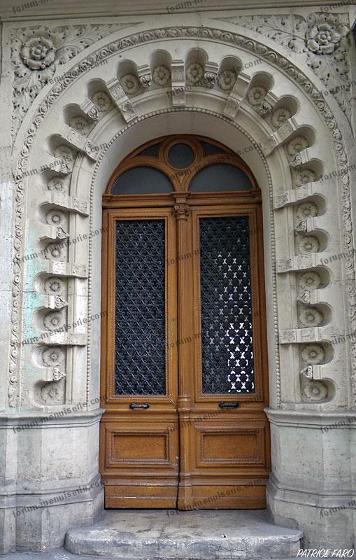 ancienne porte en bois avec ferronnerie