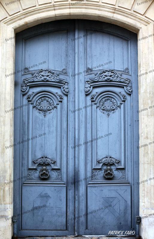 ancienne porte en bois décorée