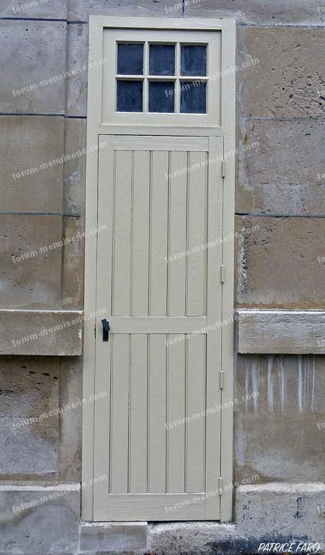 ancienne porte en bois étroite