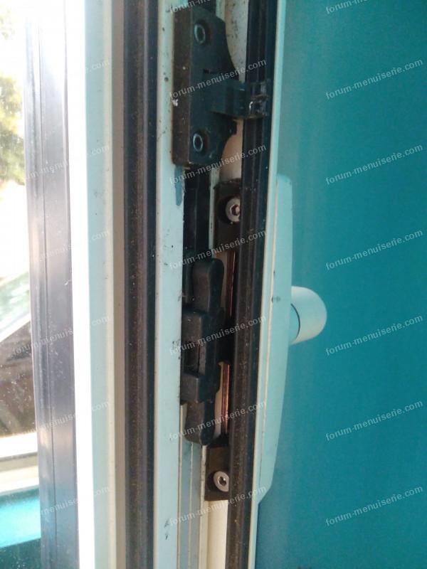 poignée fenêtre oscillo-battante tourne dans le vide