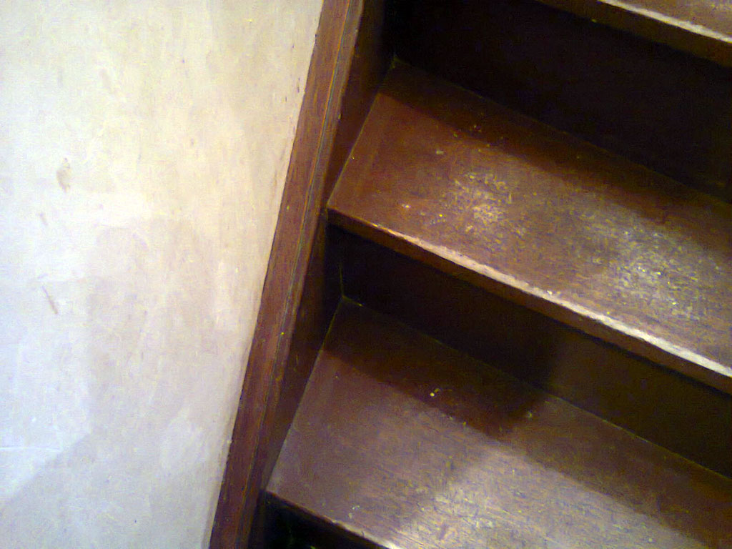 conseils bricolage menuiserie comment r nover les marches d 39 un escalier en bois. Black Bedroom Furniture Sets. Home Design Ideas